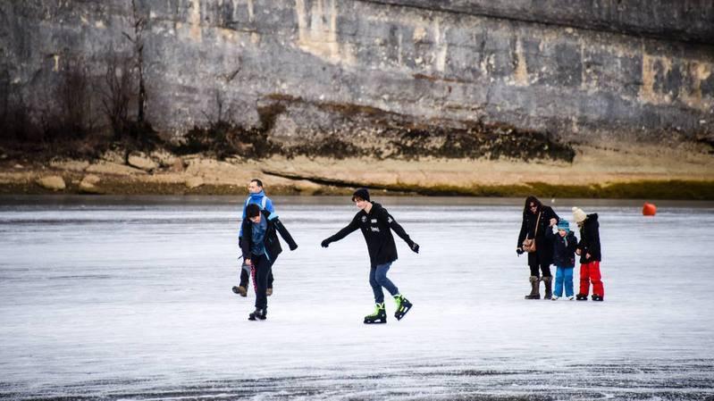 Le patinage sur le Doubs gelé fait partie des traditions vivantes de Suisse.