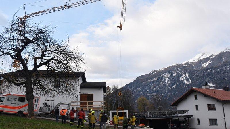 Une grue se plie aux Grisons: ouvriers projetés contre une maison