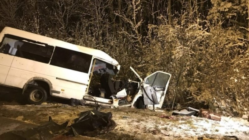 Russie: une collision entre un minibus et un poids-lourd fait 14 morts