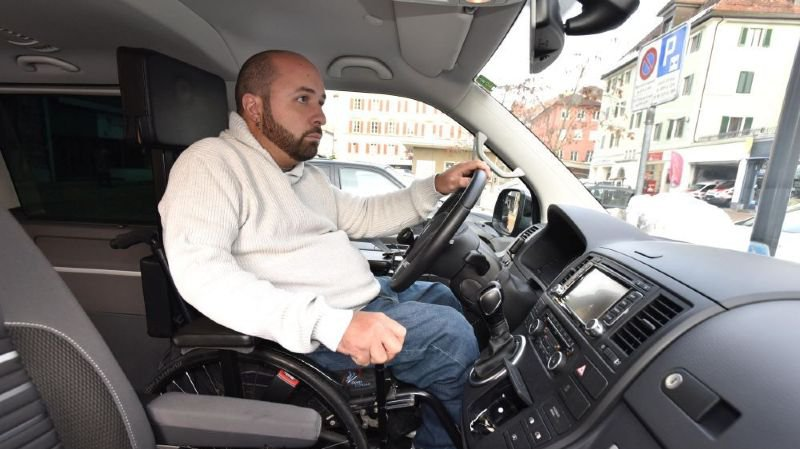 En chaise roulante, ce Chaux-de-Fonnier a dû passer son permis de conduire à Lucerne
