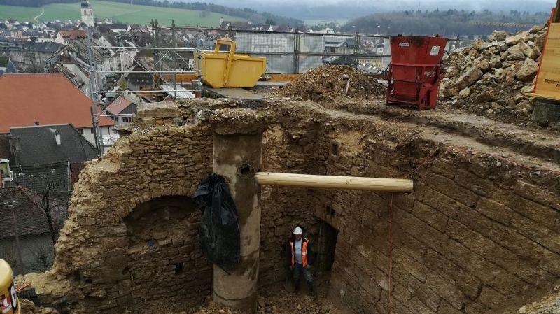 Les archéologues près de la porte donnant accès à l'ancienne prison.