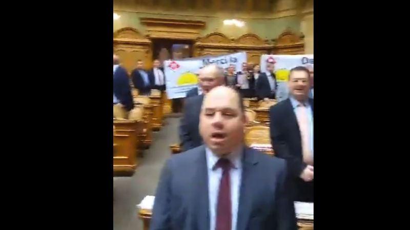 Suisse-Europe: les parlementaires UDC chantent l'hymne national pour célébrer les 25 ans du non à l'EEE