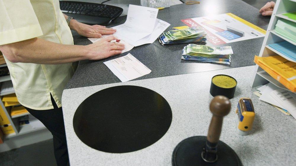 Payer des factures par bulletin de versement à la Poste peut entraîner des frais supplémentaires. Le conseiller national Jacques-André Maire voudrait mettre fin à cette pratique.