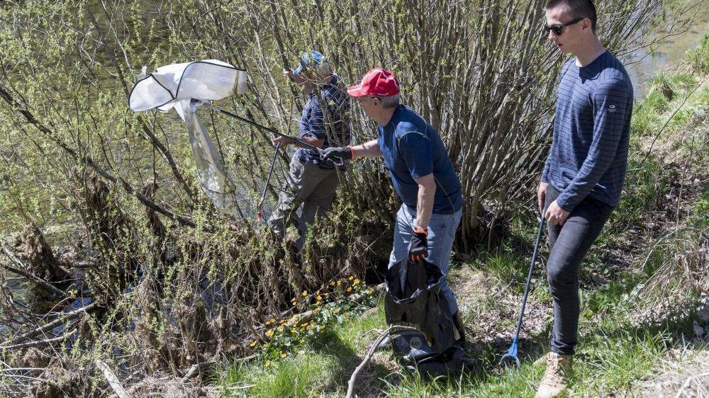 Des citoyens font régulièrement des opérations de ramassage de déchets dans la nature, comme ici au bord de l'Areuse.