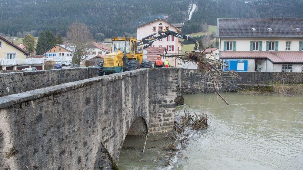 La tempête Eleanor a sévi dans la région. Ici des pompiers dégagent des branches qui obstruaient  le pont de Travers sur l'Areuse.