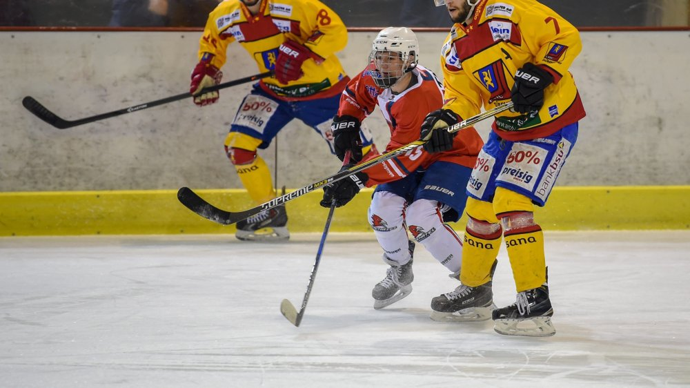 A l'image de Tristan Tanner (en rouge), ici entre Lukas Stettler (7) Steven Widmer (28), Université Neuchâtel doit compter sur des juniors  pour compléter son effectif.
