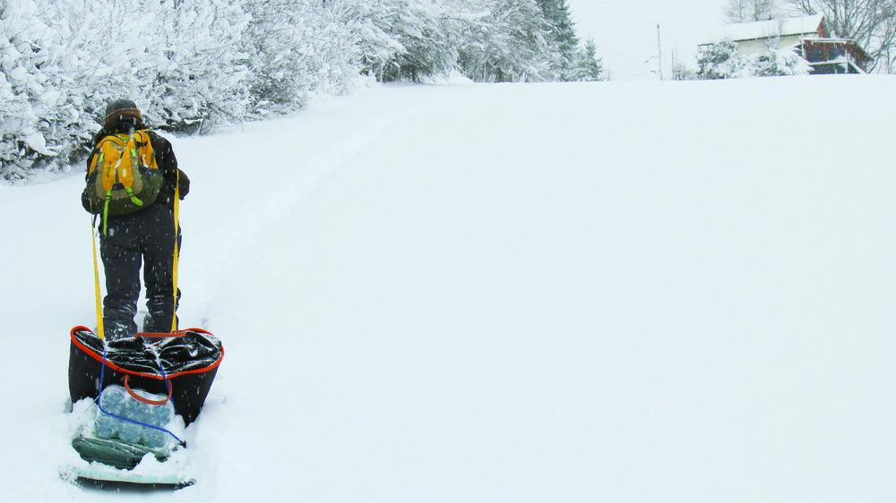 Quand l'hiver s'installe, les déplacements se font essentiellement en raquettes et le transport des commissions en luge. Pas de parking au seuil de la maison pour ces habitants de la commune de Renan.