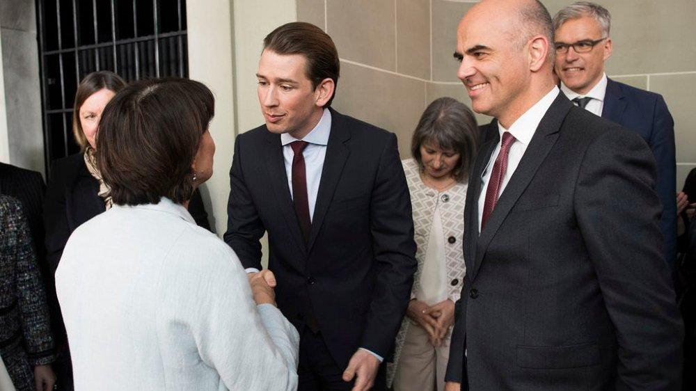 Alain Berset va retrouver le chancelier autrichien Sebastian Kurz, qui était ministre des Affaires étrangères  lors de sa visite à Berne (saluant Doris Leuthard, de dos) en février2017.