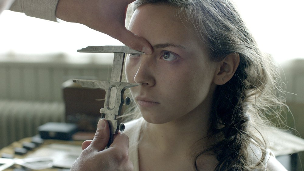 Elle-Marja subit des examens biométriques.
