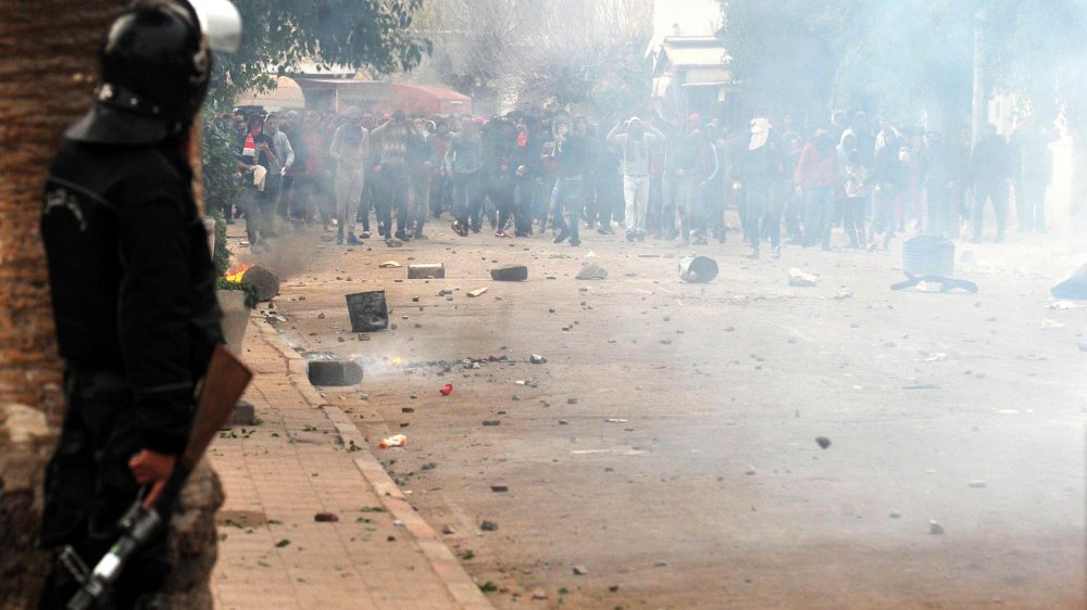 Dans les rues de plusieurs villes tunisiennes, les combats font rage entre police et manifestants.