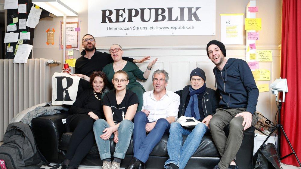 Hier, le journaliste d'investigation allemand Günther Wallraff (deuxième depuis la droite) est venu à Zurich célébrer le lancement de Republik.ch, qui veut réinventer le journalisme, avec ses fondateurs.