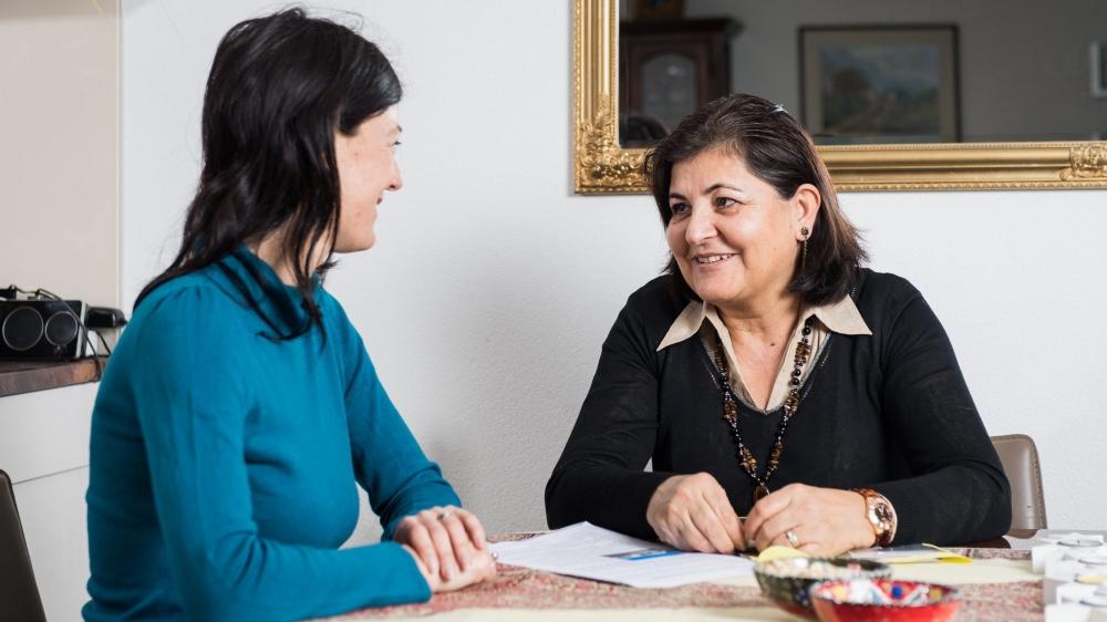 A l'image de ce regard échangé 15 ans après avec Nemat Mahdi (à dr.), des liens forts se sont créés entre Valérie Kernen et ses «témoins».