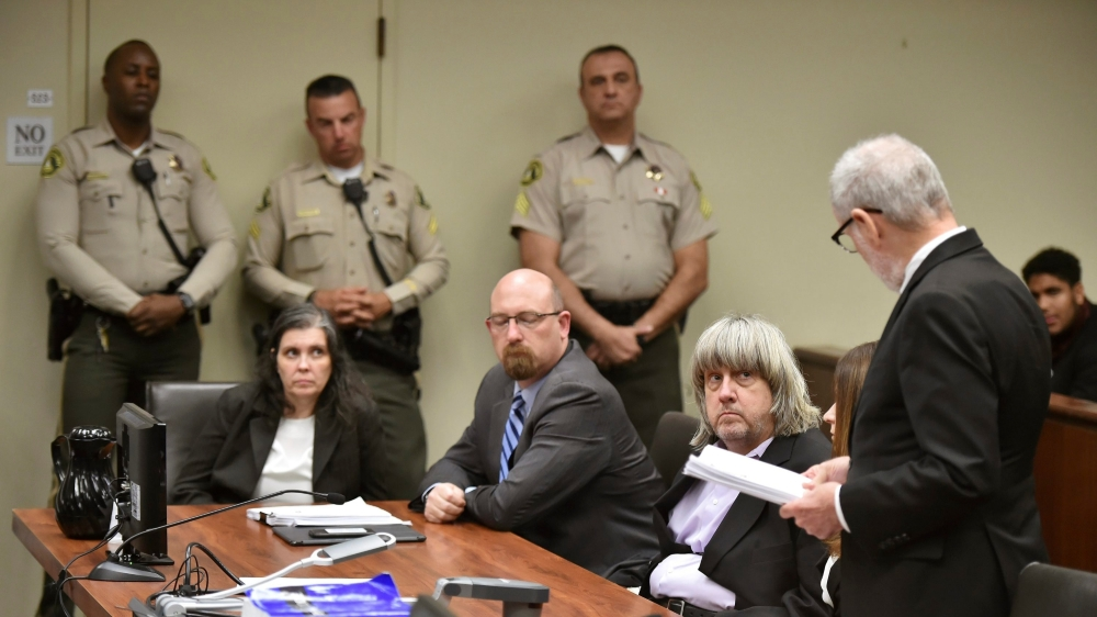 Louise et David Turpin (à g. et à dr. de leur avocat), ont plaidé non-coupables. Ils risquent jusqu'à 94 ans de prison voire la perpétuité.