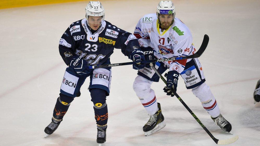 Daniel Carbis (en bleu) et le HCC ont souffert pour se défaire de Zaccheo Dotti et des Ticino Rockets.