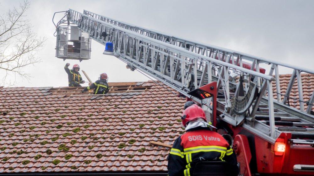 Les pompiers en train de stabiliser une toiture à Boveresse.
