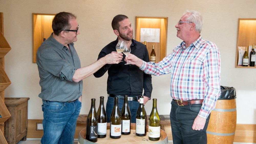 Nos trois goûteurs, de gauche à droite: Nicolas Isler, négociant en vins à la tête de Port Francs Vins, à Auvernier, Bastien Deï, sommelier à la Maison du Prussien, àNeuchâtel, et Claude Jaquet, de la vinothèque A la Grappe d'or, à La Chaux-de-Fonds.