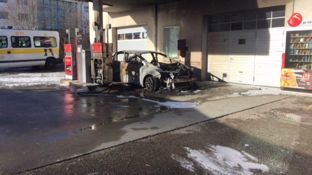 Ce qu'il restait de la voiture en feu aux Breuleux. Le conducteur est resté prisonnier des flammes.