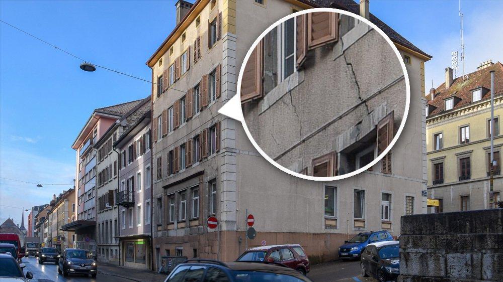 Les fissures dues à l'affaissement du bâtiment sont visibles de l'extérieur.