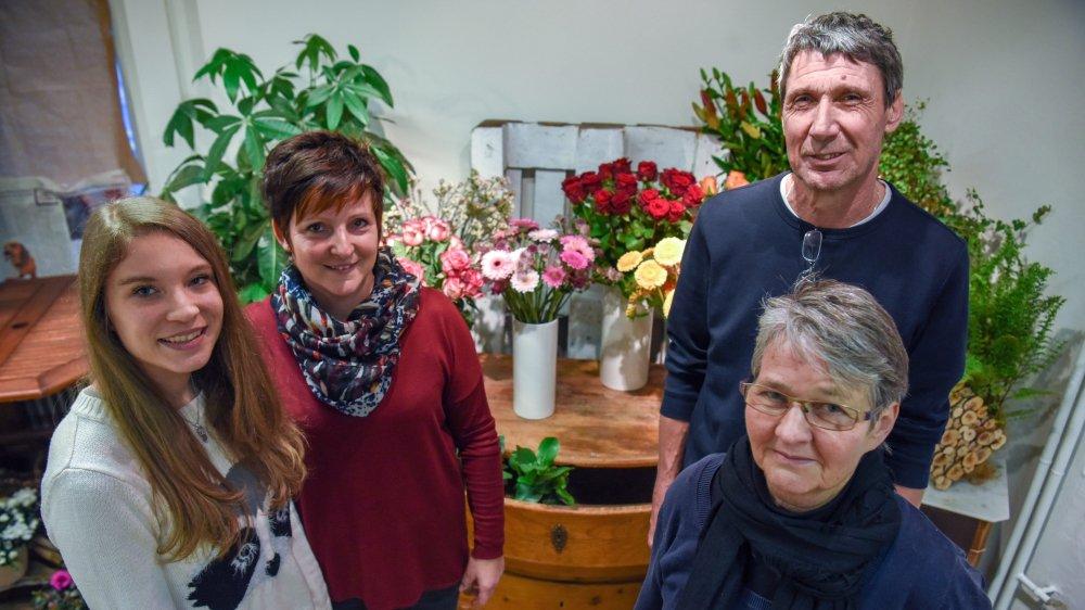 Anne-Catherine et André Loup ont cessé leur activité le 31 décembre. Après un bref coup de neuf, le magasin de fleurs a été rouvert ce lundi par Christine Blandenier (en rouge) et son employée, Romina Girola.