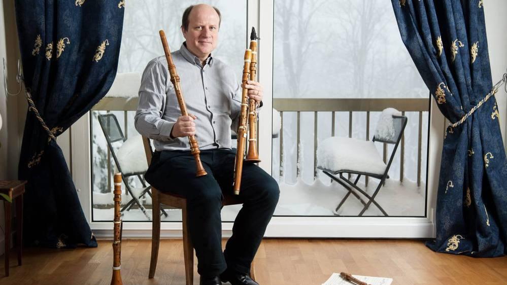 Pierre-André Taillard et ses instruments historiques dans sa maison des Cerisiers, à La Chaux-de-Fonds.