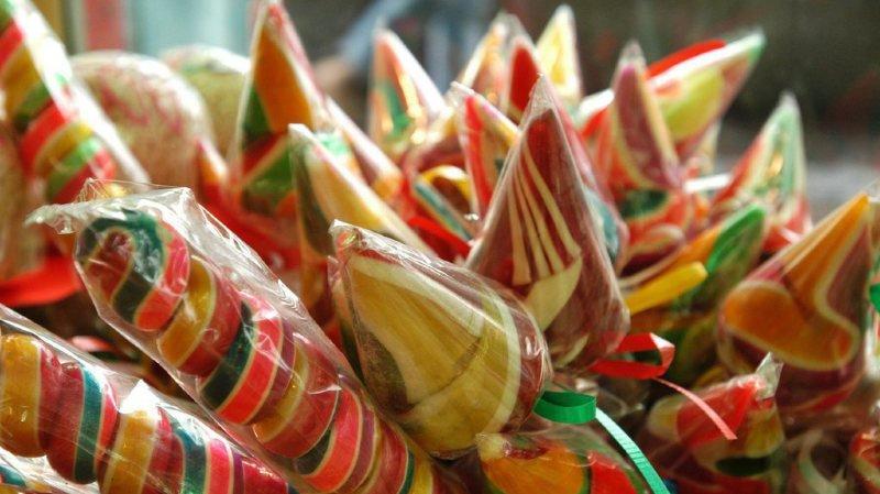 L'initiative demande que la législation introduise une taxe sur les sucres ajoutés lors des processus de fabrication.