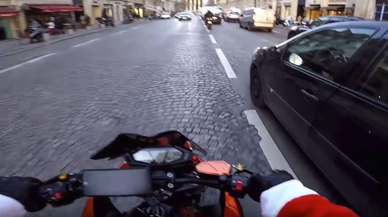 Le motard s'est mis à pourchasser l'automobiliste dans les rues de la capitale française.