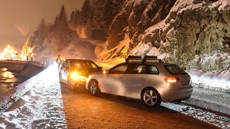 Grisons: une collision frontale fait de gros dégâts sur la route du Col du Julier