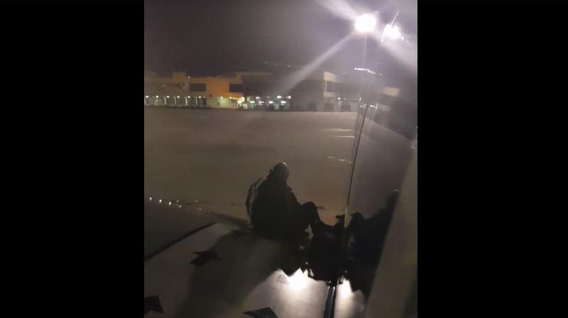 L'homme, dont l'âge et l'identité n'ont pas été révélés par Ryanair, a été immédiatement arrêté.