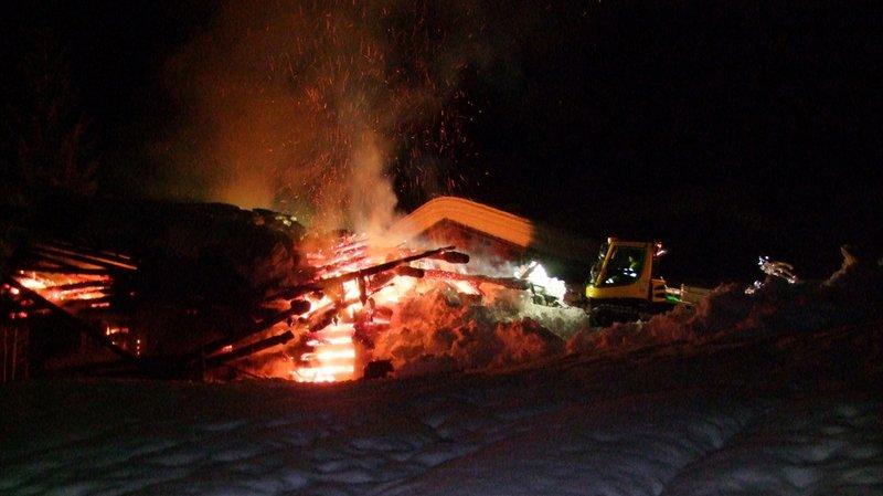 Grisons: une dameuse pour éteindre l'incendie d'une étable à Klosters