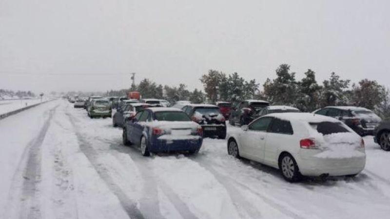 Près d'un millier de véhicules sont pris au piège, selon un porte-parole de la sécurité routière espagnole, laquelle a recommandé aux conducteurs de laisser le moteur allumé pour se maintenir au chaud.