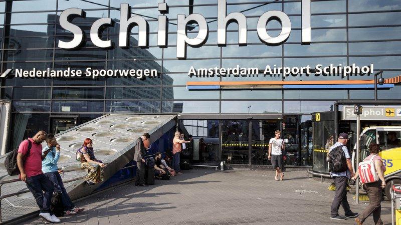 Aéroport d'Amsterdam: la police tire sur un homme armé d'un couteau