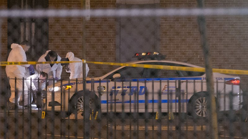 Les policiers ont trouvé quatre corps sur place.