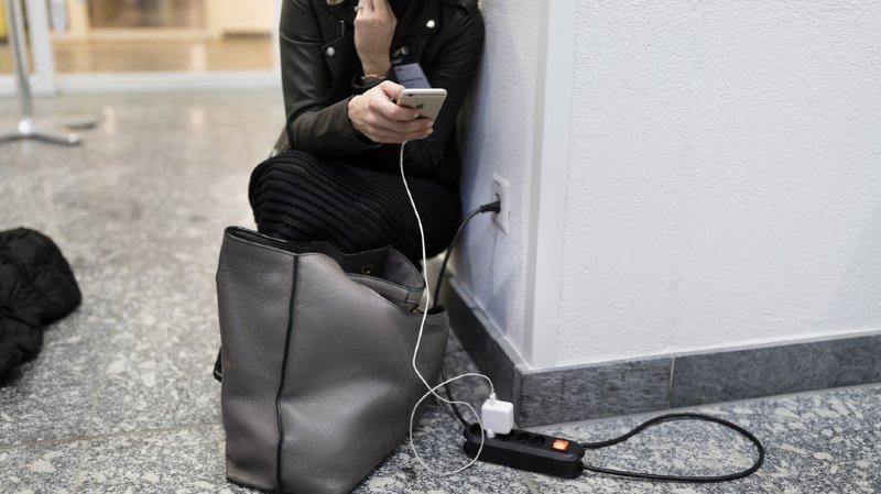 Certains clients assurent devoir recharger leur iPhone plusieurs fois par jour.