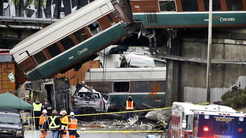 États-Unis: un train déraille et tombe sur l'autoroute dans l'État de Washington, trois morts