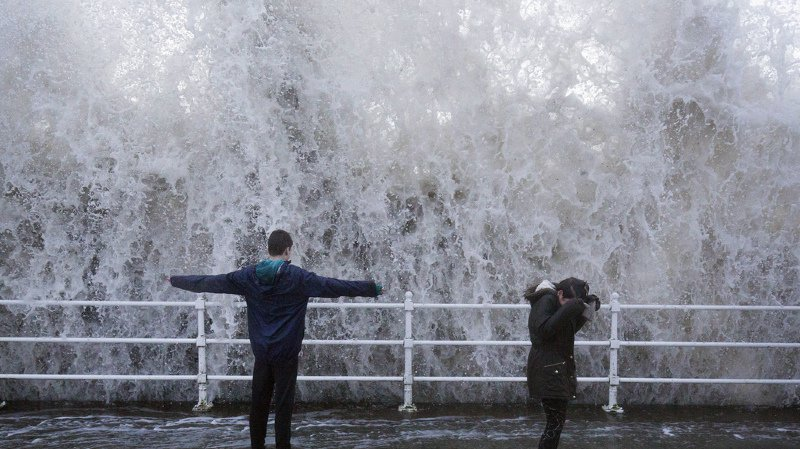 Les vagues parfois très violentes, comme ici en Grande-Bretagne, ont emporté un couple en Espagne.