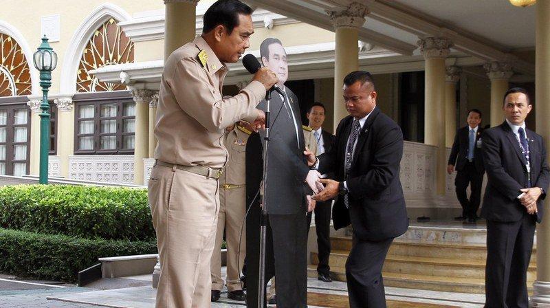 Le Premier ministre Prayut Chan-o-cha s'est fait remplacer par son double en carton.