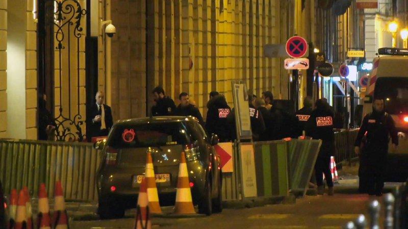 Une patrouille de police qui se trouve place Vendôme a pu rapidement se rendre sur les lieux et arrêter trois des malfaiteurs.