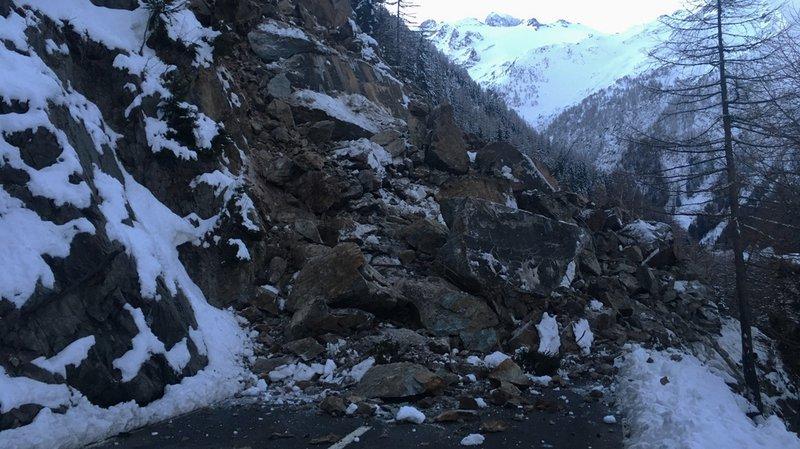 L'éboulement rocheux s'est produit 200 mètres après le passage du col de la Forclaz en direction de Trient (VS).
