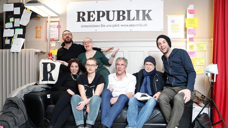 """Les six membres fondateurs du magazine en ligne """"Republik"""" lors du lancement."""