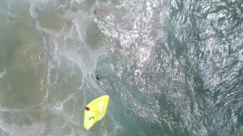 Le drone a largué du matériel de sauvetage qui a permis aux deux nageurs de regagner la plage sains et saufs.