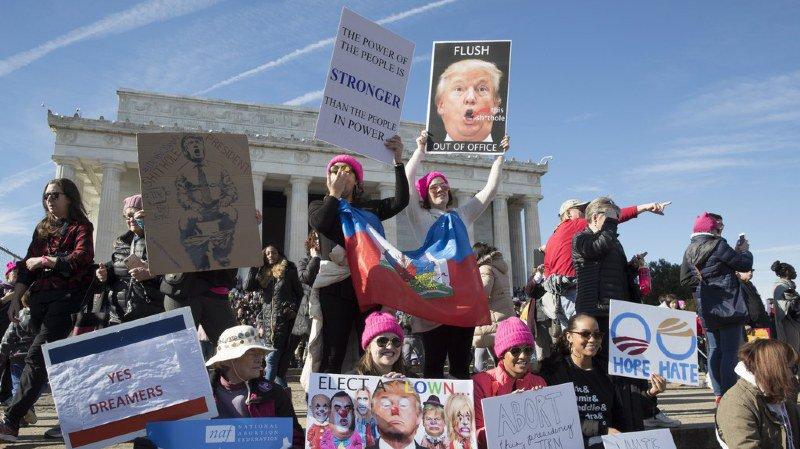 Des milliers de manifestants contre Donald Trump, une année après son investiture