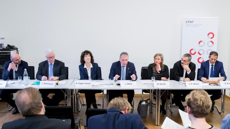 Les représentants des cantons de Suisse occidentale, de gauche à droite: Laurent Favre (NE), Luc Barthassat (GE), Barbara Egger-Jenzer (BE), Jacques Melly (VS), Nuria Gorrite (VD), Jean-François Steiert (FR), et David Eray (JU). Ils ont défendu leur vision de l'infrastructure ferroviaire, hier.