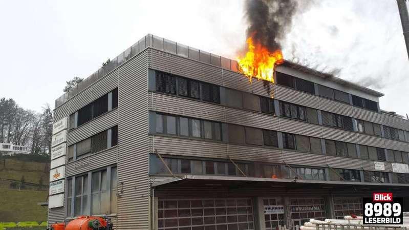 Un incendie sur une terrasse à Adliswil (ZH) provoque de gros dégâts et une interruption ferroviaire