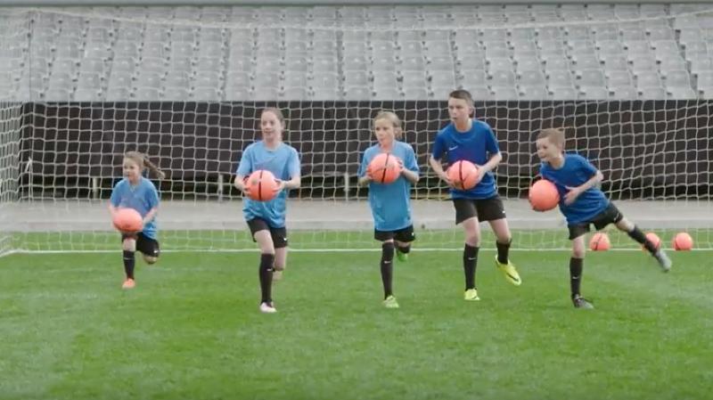 Un échauffement de 20 minutes consistant en sept exercices est à même de réduire de moitié les blessures chez les enfants footballeurs.