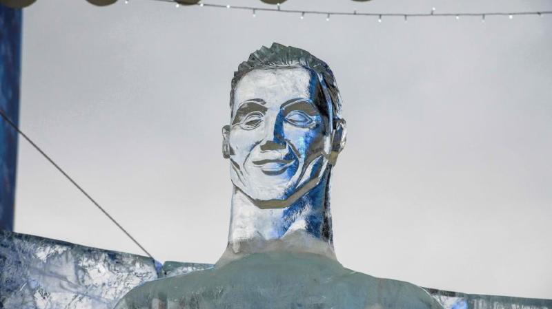 Une statue de glace de Cristiano Ronaldo agite la toile