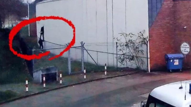 La fuite spectaculaire de quatre prisonniers a été filmée par des caméras de surveillance sans que personne n'intervienne.