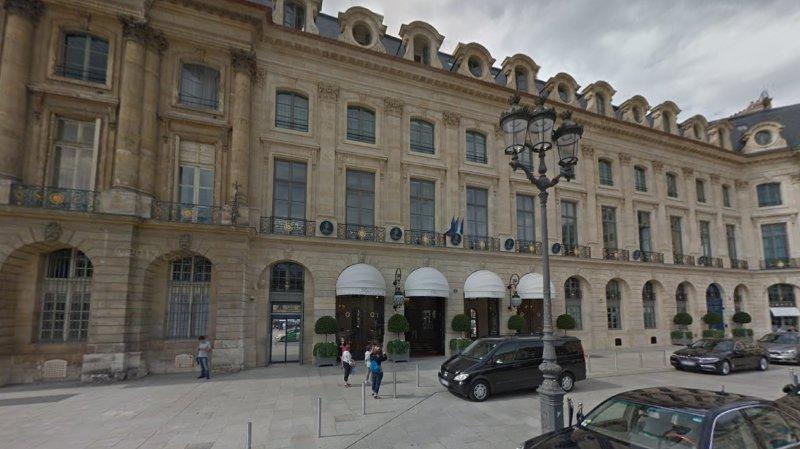 """""""De célèbres joailliers exposent leurs bijoux derrière des présentoirs dans le Ritz"""", a expliqué une source policière."""
