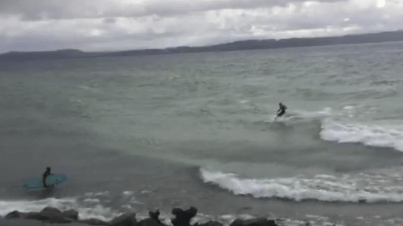 """Les surfeurs se la sont jouée """"Point Break"""" sur le lac de Neuchâtel."""