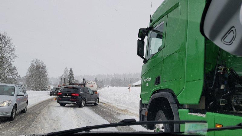 D'importants ralentissements nous étaient signalés sur la route cantonale passant par le col de La Vue-des-Alpes.