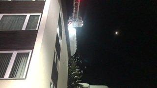 Grisons: les pompiers évacuent la neige d'un toit à Davos